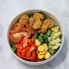 Ben je al bezig met de lunch? Deze heerlijke falafel salade is een echte aanrader en is low-FODMAP. Wil je hier ook van kunnen genieten tijdens de lunch? Kijk snel voor het recept op www.fionakookt.nl #fionakookt #gadvergluten #glutenvrij #lactosevrij #FODMAP #lactosefree #glutenfree #recept #lunch #lunchrecept #lunchgerecht #glutenvrijelunch #lactosevrijelunch #lowfodmap #lowfodmaplunch #lekkerelunch #falafel #salade #saladebowl #lunchbowl Falafel, Falafels