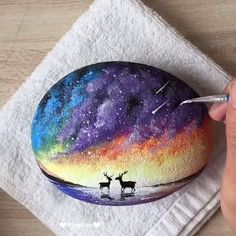 Today we collected 7 pretty stone and leaves painting ideas, it is perfect for home decor, or you are an art lover, you can also learn how to paint - Art Rock Painting Patterns, Rock Painting Ideas Easy, Rock Painting Designs, Stone Art Painting, Pebble Painting, Pebble Art, Painted Rocks Kids, Simple Acrylic Paintings, Painting Videos