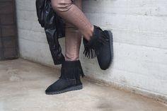 Botitas con flecos, van con todos los looks! Consultas: info@loscanias.com.ar