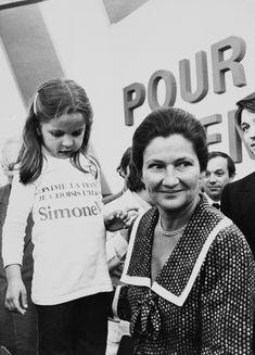 La ministre centriste - Simone Veil, celle qui a libéré les femmes - Elle Simone Veil Citation, Vogue Paris, Retro Baby, Retro Vintage, Women In History, Christmas Sweaters, Cool Photos, Girly, Culture