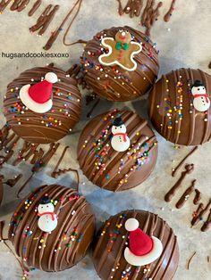 Hot Chocolate Gifts, Christmas Hot Chocolate, Christmas Deserts, Chocolate Bomb, Hot Chocolate Bars, Holiday Desserts, Christmas Candy, Chocolate Cookies, Holiday Treats