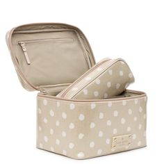 would be the perfect makeup case for a tour around Europe. Kate Spade Cosmetic Bag, Kate Spade Outlet, Cute Makeup Bags, Kate Spade Designer, Black Leather Handbags, Leather Bags, Brown Leather, Big Bags, Makeup Case