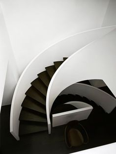♂ Minimalist modern black and white interior design home 101 russel hill road 4 Modern Renovation at 101 Russel Hill Road in Toronto Modern Staircase, Staircase Design, White Staircase, Luxury Staircase, Spiral Staircases, Staircase Ideas, Minimalist House Design, Minimalist Home, Architecture Design