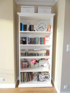 teenage room / white bookcase