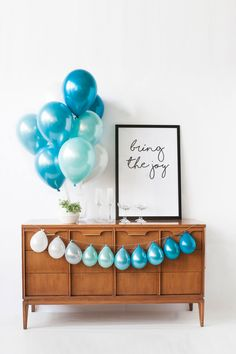 Surf's up Blue and white ombre of balloons perfect for ocean themes, mermaids, unicorns and baby boy showers and first boy birthdays. Designed by Luft Balloons in Chicago. Baby Boy Birthday Decoration, Baby Boy Birthday Themes, Simple Birthday Decorations, Boys First Birthday Party Ideas, Baby Boy First Birthday, Happy Birthday, Blue Birthday, First Birthday Balloons, Blue Party Decorations