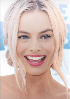 Love her hair style, color and makeup - the perfect pink lipstick! Margot Robbie Style, Margot Elise Robbie, Actress Margot Robbie, Margo Robbie, Margot Robbie Harley Quinn, Hair Dos, My Hair, Perfect Teeth, Girl Crushes