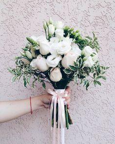 Наше традиционное фото с букетом. А спонсор этих фото-стена цвета блаш Тренды они такие тренды #bridebouquet #weddingbouquet #bouquet #blash #weddingday #wedart #wed_art#weddingart #wedding_art_decor #l4l #like4like #follow #followme #vsco #vscocam #букет #свадебныйбукет #свадебныйбукеткиев #флористкиев #флористикакиев #1606