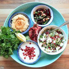 Jordaanse Mezze. Dat is een soort tapas maar dan de Arabische variant met allemaal heerlijke gerechten: frisse salades met veel verse kruiden, baba ganoush, gegrilde courgettes, heel verse kaas met kruiden, dukah, labneh, hummus, geitenkaas, etc. - liefdevoorlekkers