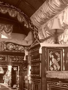 The inside of the vardo. A top bed and a pull out bed below it. Not much room so if you had a large family living out of it most slept under the stars or tents. Lots of drawers and the& seats pull up with storage inside. Gypsy Wagon Interior, Gypsy Bed, Gypsy Living, Gypsy Caravan, Gypsy Soul, Caravans, White Photography, Black And White, History