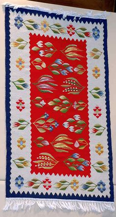 Kilims: The weaving is slit tapestry ; Christine Brown on Romanian Textiles. Contemporary Decorative Art, Textiles, Naive Art, Natural Rug, Traditional Rugs, Fashion Room, Woven Rug, Flower Art, Folk Art