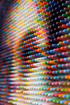 Pixel, crayons et portraits avec Christian Faur ; 2 lectures de l'oeuvre, du figuratif vers un abstrait ; pointillisme