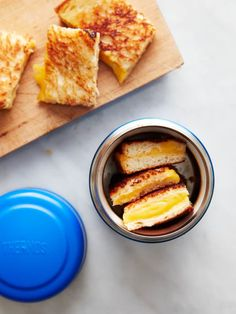 Here's How to Pack a Grilled Cheese Sandwich That's Still Warm for Lunch - Sandwich rezepte Cold Lunches, Toddler Lunches, Lunch Snacks, Lunch Recipes, Baby Food Recipes, Toddler Food, Detox Recipes, Bag Lunches, Kid Snacks