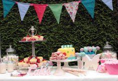 Da ich mein zweites Kind erwarte, wollten wir eine Baby Shower Party mit vielen Süßigkeiten, Spaß und allen lieben Freundinnen um einen herum machen, bevor der Babystress so richtig los geht. Auf dem Tisch kam eine Baby Torte, Cake Pops, Quark Muffin, Macarons, Obstspiesse und Desserts.