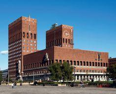Oslo Rådhus, Oslo tegnet av Arnstein-Arneberg og Magnus Poulsson Se bygget og opplev flere bygg Town Hall, Oslo, Willis Tower, Modern Architecture, Norway, Louvre, Building, Modernism, Travel