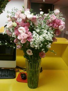148- Lindo arranjo de Lisianthus rosa e Aster brancos.