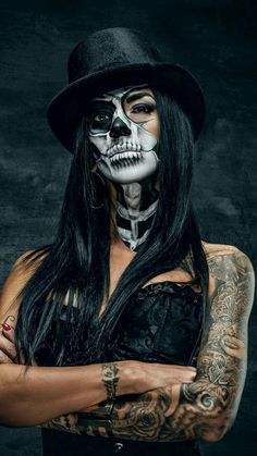 Scary Yet Pretty Halloween Makeup Looks You Need ; Halloween M… Scary Yet Pretty Halloween Makeup Looks You Creepy Halloween Makeup, Pretty Halloween, Halloween Halloween, Halloween Drawings, Halloween Quotes, American Traditional Rose, Makeup Vintage, Los Muertos Tattoo, Skull Sleeve Tattoos