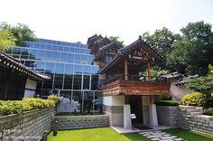combination of modern + traditional Korean architecture; Hanssem Design House (한샘 디자인 하우스)