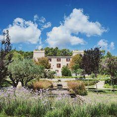 @adislittlecity: OMG  Hier bleibe ich für immer  #castellsonclaret #mallorca #littlecityinmallorca #elsewherebykuoni Ibiza, Madrid, Barcelona, Mansions, Post, House Styles, Old Town, Travel Report, Sevilla Spain