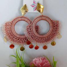 No hay ninguna descripción de la foto disponible. Diy Earrings, Earrings Handmade, Handmade Jewelry, Weaving Projects, Crochet Projects, Crochet Designs, Crochet Patterns, Crochet Earrings Pattern, Diy Accessories