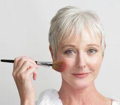 5 professional makeup tips for older women who use minimal makeup - Makeup Tips Facial Skin Care, Anti Aging Skin Care, Professional Makeup Tips, Professional Women, Makeup Tips For Older Women, Looks Party, How To Do Makeup, Minimal Makeup, Skin Care Cream