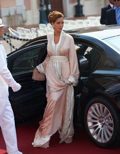 Moroccan princess Lalla Soukaina in a traditional moroccan dress at the wedding of prince albert of Monaco Moroccan princess in caftan Morrocan Dress, Moroccan Caftan, Hijab Stile, Arab Fashion, Muslim Fashion, Moda Paris, Caftan Dress, Kaftan Style, Hijab Dress