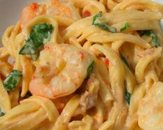 With this rich and simple recipe, you can prepare noodles with shrimp cream. Cook the pasta in plenty of salt water. Fish Recipes, Seafood Recipes, Pasta Recipes, Mexican Food Recipes, Cooking Recipes, Vegetarian Recipes, Healthy Recipes, Ethnic Recipes, How To Make Noodles