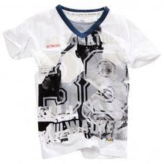 """Gaaf jongens t-shirt van No Tomatoes in het wit. Dit shirt heeft korte mouwen en een V-hals, die is opgevuld met een streepjesstof. Leuk detail is de vlokprint """"38"""" voorop in combinatie met een grote fotoprint (honkbal)."""
