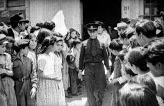 1945 Camilleros de la Cruz Roja transportan cadaver en una camilla