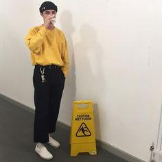 casual mens fashion that look fabulous Today's Fashion Trends, Fashion Mode, 90s Fashion, Korean Fashion, Fashion Outfits, Men With Street Style, Men Street, Street Wear, Moda Streetwear