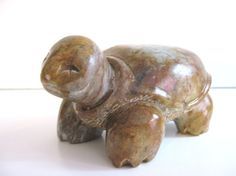 Une tortue sculpture en stéatite par loulou artiste