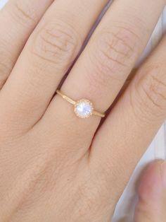 VENTA DE VACACIONES!! Anillo de piedra lunar, banda de piedras preciosas, anillo de oro, brodal joyería, anillo de piedra, piedras de junio