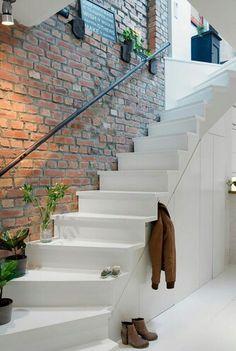 Mooie witte trap met stenen muur. Het effect van de stenen muur kun je ook creëren door bijvoorbeeld behang van vtwonen; http://www.vtwonen.nl/vtwonen-vliesbehang-3-baans-stone-world-p92795.html . Hier vind je ook andere soorten leuk behang!