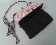 bolso tejido a dos agujas con patrón de trenzas celtas, forrado y con boquilla metálica. knitted bag, celtic cables.