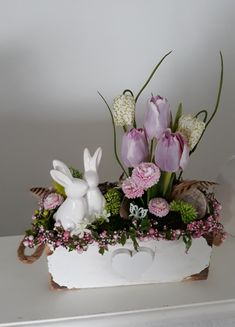 Easter Flower Arrangements, Easter Flowers, Flower Centerpieces, Floral Arrangements, Diy Easter Decorations, Christmas Decorations, Diy Osterschmuck, Flower Shop Design, Easter Table Settings