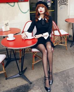 Lovely long legged ladies wearing sexy and fashionable pantyhose. Paris Chic, Classic Outfits, Cute Outfits, Louise Ebel, Style Parisienne, Coffee Girl, Fashion Beauty, Womens Fashion, Looks Chic