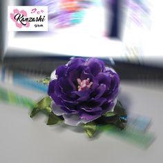 Kanzashi - Flor em roxo e branco Nice, Instagram Posts, Plants, Garden, Hair Barrettes, Purple, Flowers, Garten, Planters