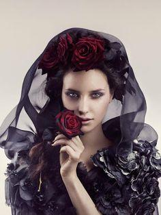 À primeira vista me parece uma jovem viúva, porém muita linda e delicada.