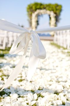 Full layer of petals for wedding aisle