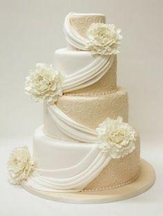 ドレープがエレガント。結婚式の白いクラシカルなウェディングケーキまとめ一覧♡