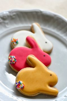 Here's Easter Bunny cookie recipe & an exhaustive list of best decorated Easter bunny cookies. Check cute Easter bunny cookies pictures and inspire yourself Super Cookies, Iced Cookies, Cupcake Cookies, Easter Cupcakes, Easter Cookies, Easter Treats, Cookie Wedding Favors, Chocolate Cake Recipe Easy, New Cake