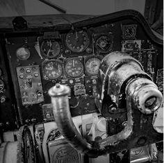 '전투기 계기판 연구개발을 통한 과거와 현대의 놀라운 조합.'  세계대전 당시 생명과 직결될 수 있는 정보를 전달하는 군사 시계 및 군용기와 전투기의 조종석에 장착된 시계는 높은 정확성을 가지고 있습니다. 테크네[Techne]는 이러한 점을 착안하여 시계의 다이얼과 인텍스 개발을 시작했습니다. ⠀ #techne #watches #military #시계 #테크네