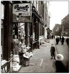 Amsterdam: De Jodenbreestraat met in het verlengde de Muiderstraat en dan rechts de Portugese Snoche inde jaren 30