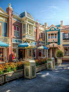 Main Street Courtyard / Disneyland - Anaheim, CA Hotel Disneyland Paris, Vintage Disneyland, Disneyland Resort, Disney Cruise, Disney Vacations, Disney Parks, Walt Disney World, Disneyland Main Street, Original Disneyland