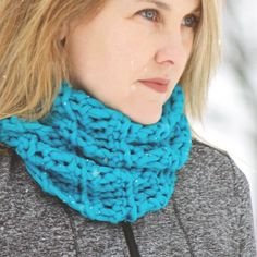 Make this easy crochet cowl using only the single crochet stitch in under two hours.