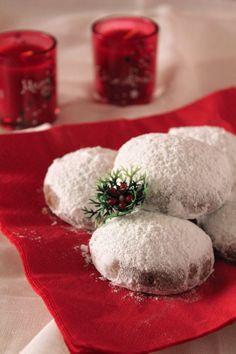 Σοκολατένιοι κουραμπιέδες με κακάο | Συνταγές - Sintayes.gr Chocolate Snowballs, Snowball Cookies, Xmas, Food, Christmas, Essen, Navidad, Meals, Noel