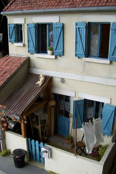 Dollhouse Backyard. http://minimanie.blogspot.ru/2011/10/la-petite-maison-des-anciens.html#more