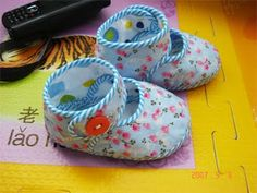 Gift for newborn: sewing slippers for kids Doll Shoe Patterns, Sewing Patterns For Kids, Sewing For Kids, Baby Sewing, Sewing Slippers, Knitted Slippers, Free Baby Blanket Patterns, Felt Shoes, Diy Couture