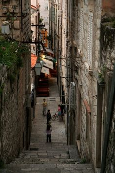Calle empinada típica de Dubrovnik