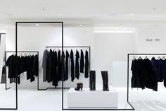Интерьеры бутиков одежды в Тайване вышли на новый уровень: чёрно-белый стиль и тщательно прорисованные силуэты, разнообразие света, игра теней придают индивидуальность бренду Dleet.