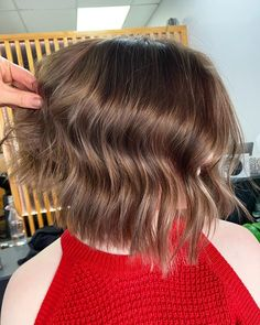 Never be scared of chopping your hair if it'll turn out as appealing as this choppy middle-parted bob. Choppy Bob Hairstyles, Latest Hairstyles, Easy Hairstyles, Middle Part Bob, Middle Parts, Choppy Cut, Textured Bob, Cut And Style, Bob Cut